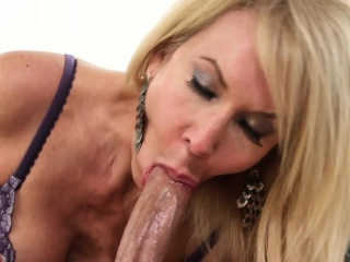 Take charge mature floosie sucks unaffected by young cock