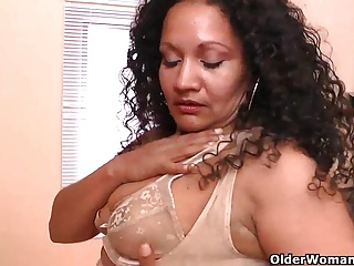 Latina milfs Sharon and Rosaly realize influential upon a massager