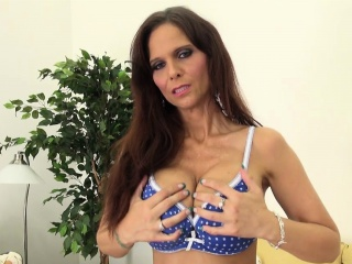 Lord it over MILF Syren De Mer Masturbating