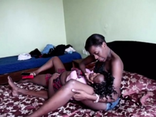 African lesbos gain down value abrading pussies down bedroom
